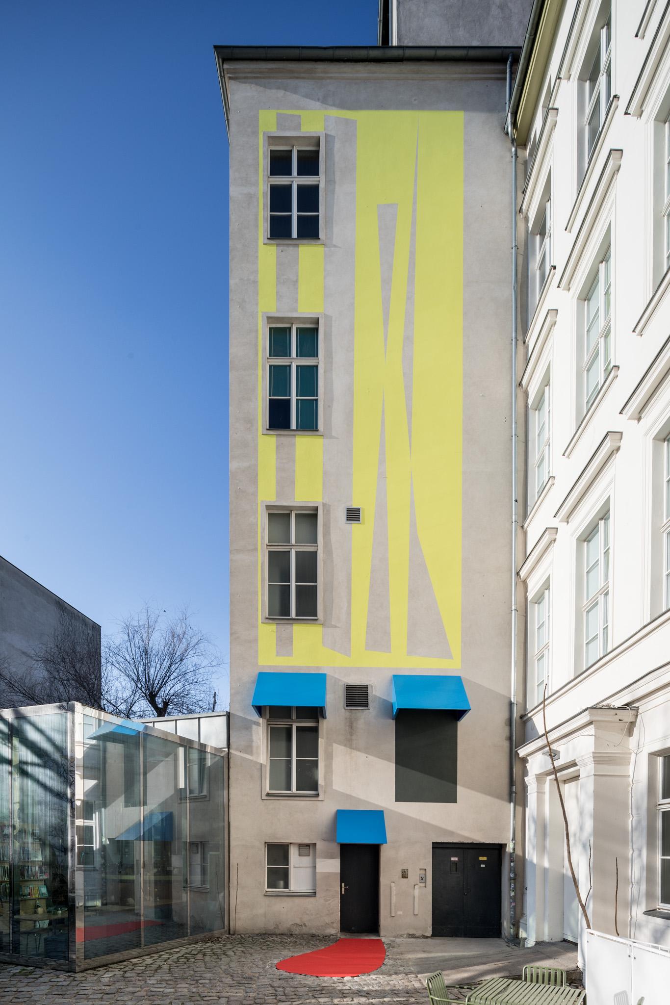 Judith Hopf, Stepping Stairs (2018), Fassadenarbeit im Innenhof der KW Institute for Contemporary Art / mural on KW's courtyard façade, Foto / photo: Frank Sperling