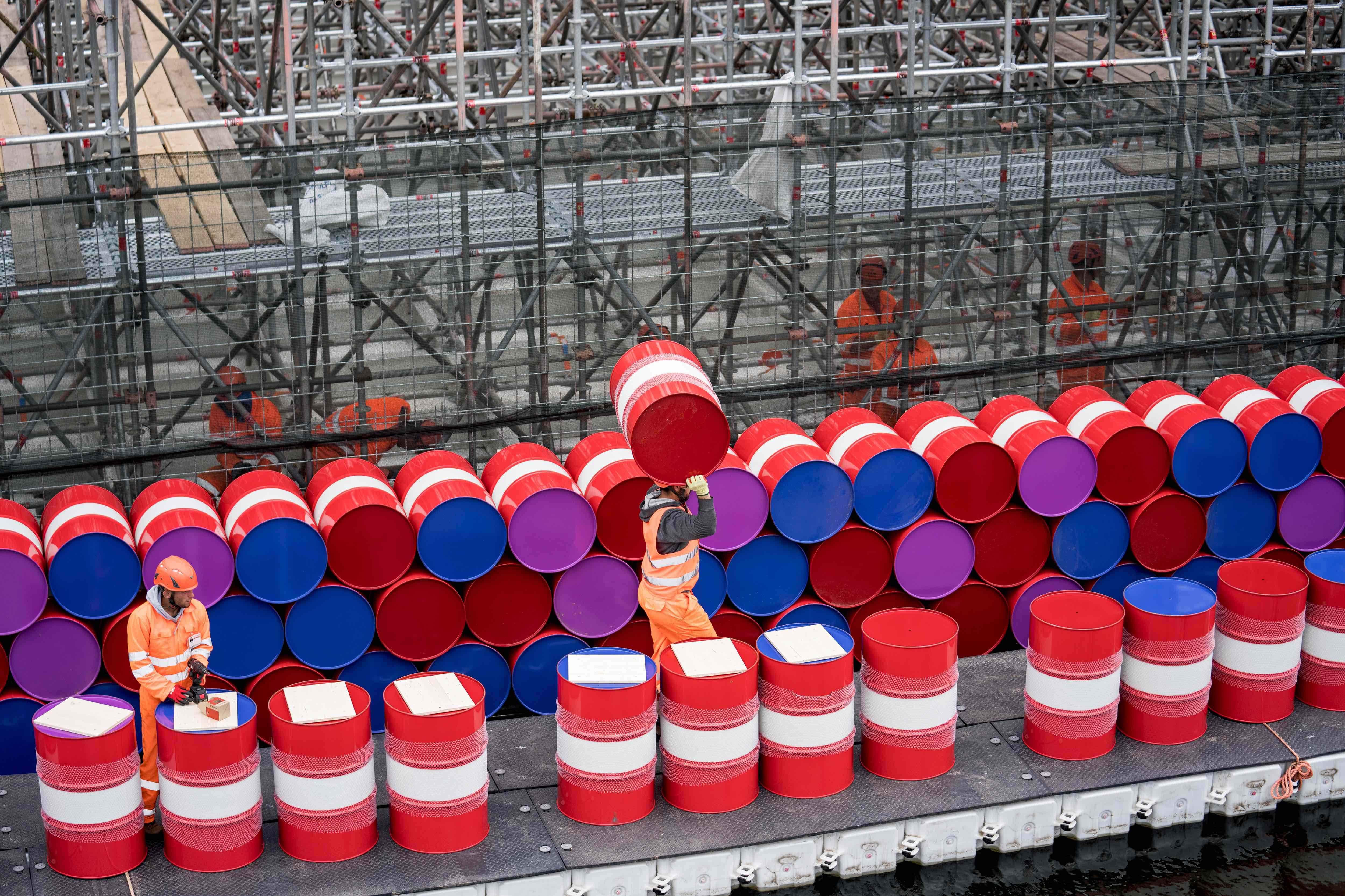Workers installing barrels on the vertical side of the London Mastaba, May 2018, photo: Wolfgang Volz