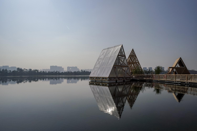 Installation, Kunlé Adeyemi, NLÉ Works, MFS IIIx3 - Minjiang Floating System, Chengdu, China, 2018. Courtesy Mao Jihong Arts Foundation.
