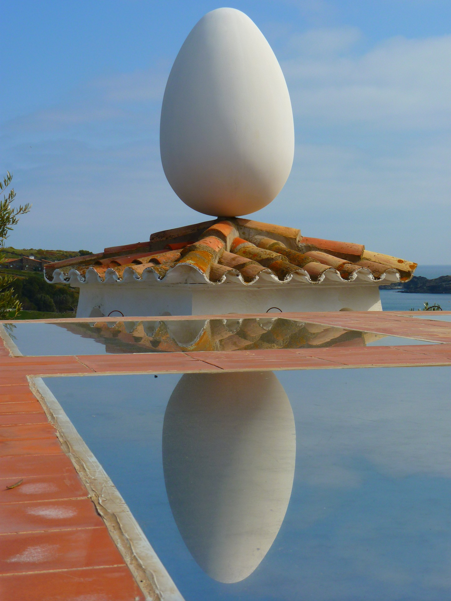 Salvador Dali, Egg at the Dali Theatre Museum. Copyright-free image via MaxPixel