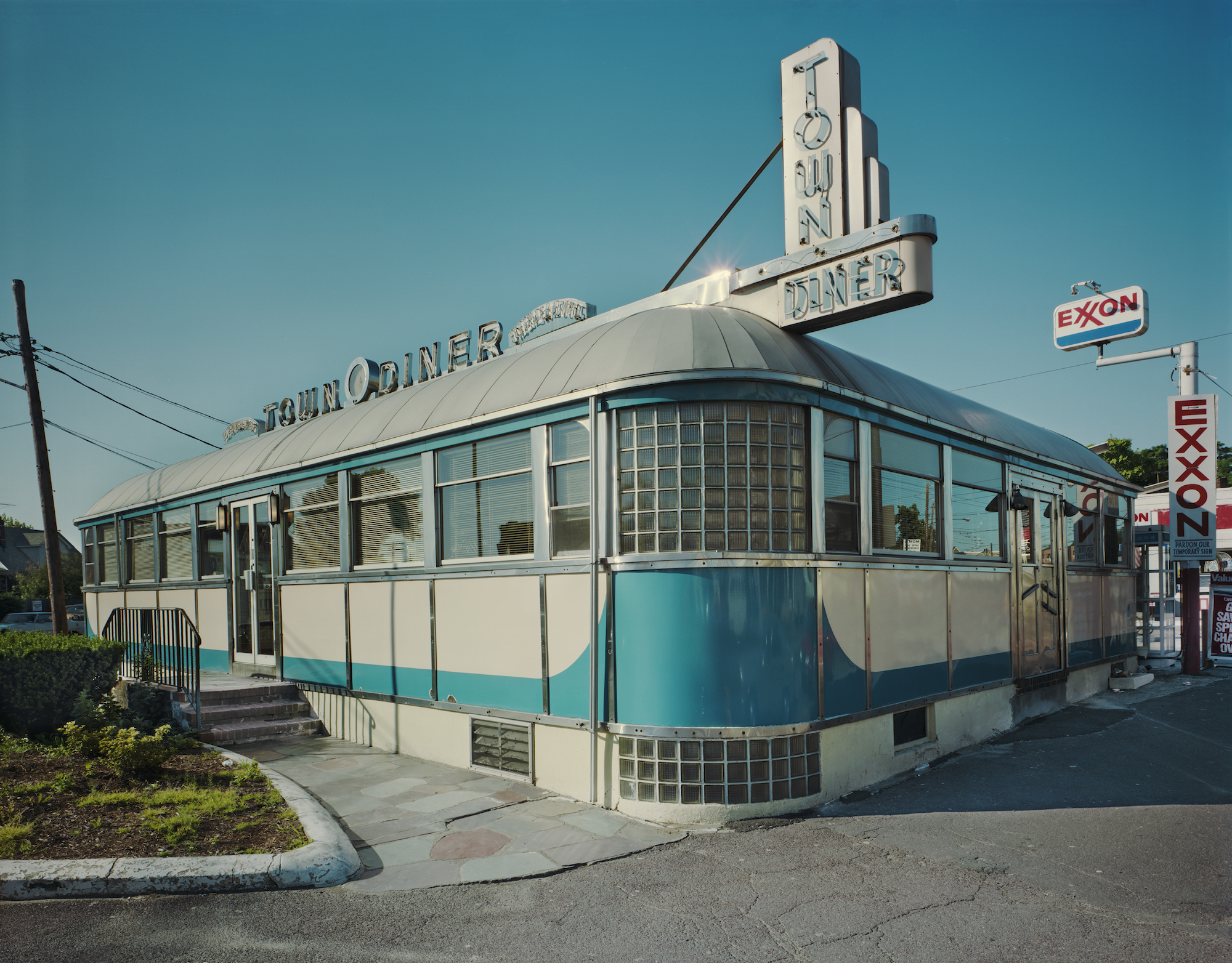 Jim Dow, The Town Diner exterior, US 20, Watertown, Massachusetts, 1979. Courtesy the artist