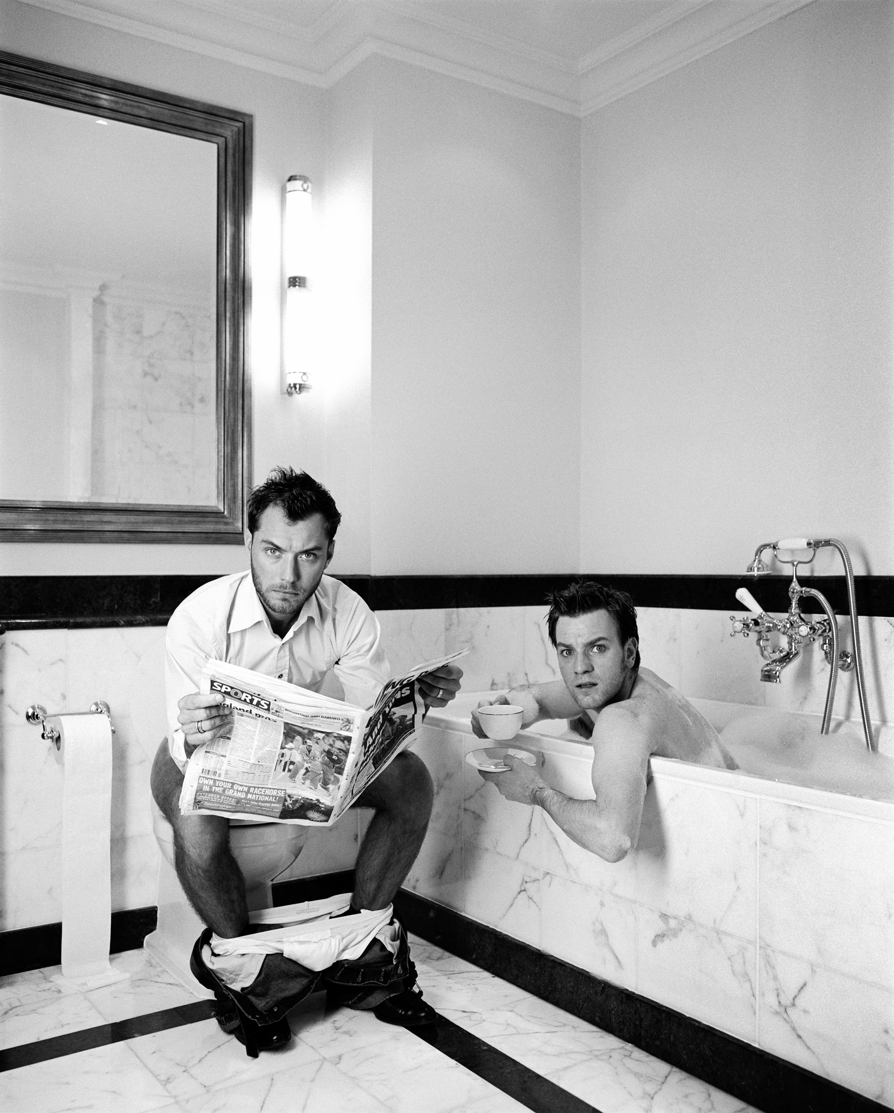 Lorenzo Agius, Jude and Ewan in the bathroom, 2003. Courtesy of Alon Zakaim Fine Art and the artist
