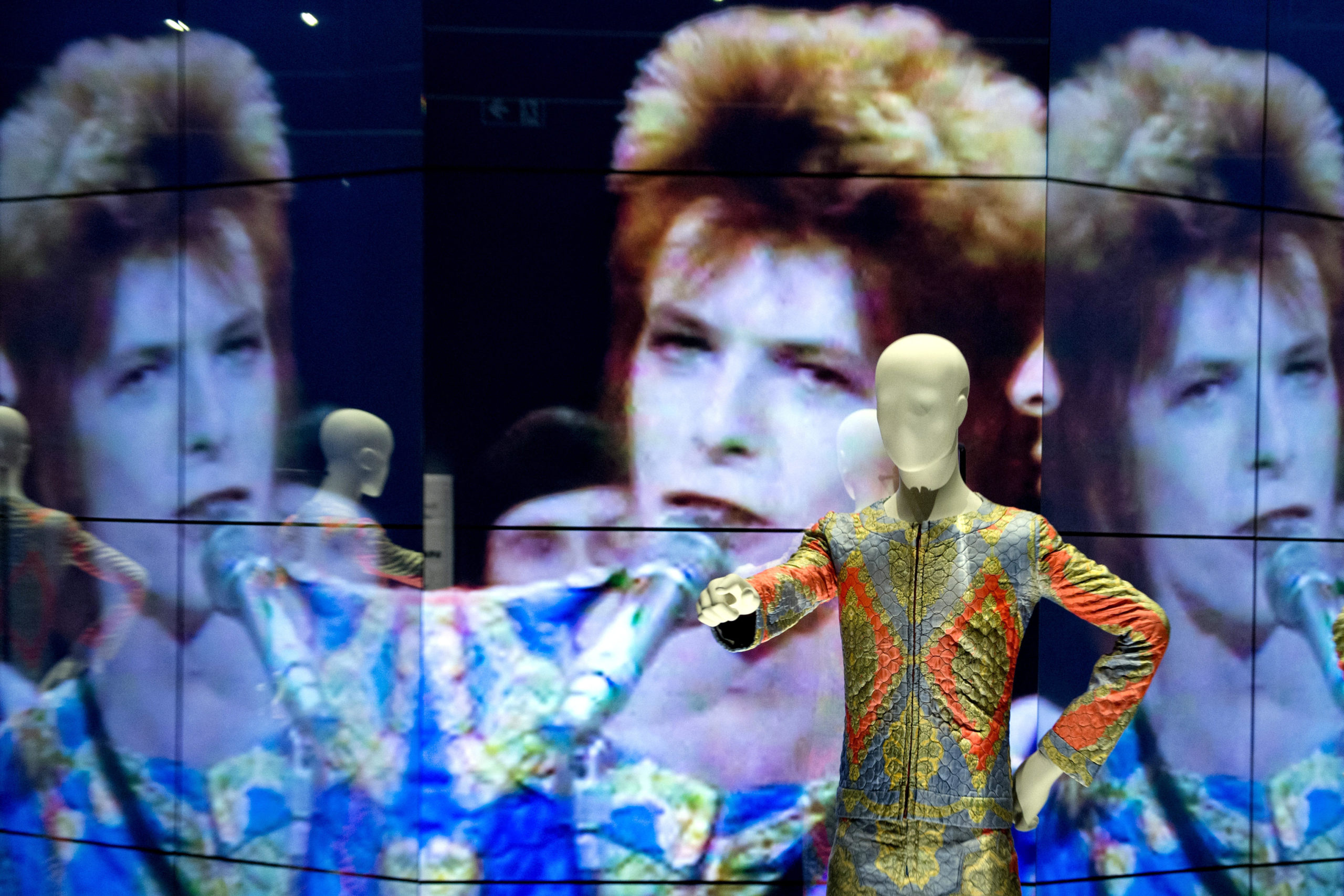 E0PEHB Berlin, Germany. 18th May, 2014. A movie, which is reflected by mirror walls, shows a performance by Bowie at BBC's Top of the Pops from 1972 at the 'David Bowie' exhibition at Martin-Gropius-Bau during a preview in Berlin, Germany, 18 May 2014. The show will run from 20 May till 10 August 2014. Photo: SOEREN STACHE/DPA (A)/dpa/Alamy Live News